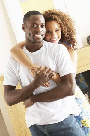 couple afro americain: Romantique jeune Couple embrassant dans la salle de s�jour