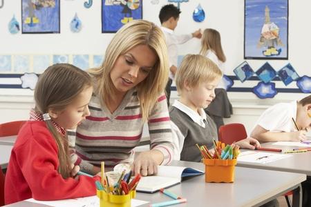 ni�os en la escuela: Grupo de primaria escolares y profesores con lecci�n en la sala de clases