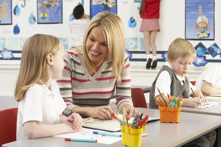 maestra ense�ando: Lecci�n de grupo de primaria los escolares y profesores con en el aula
