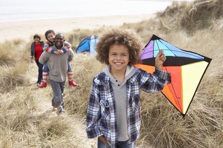 papalote: Familia divertirse con cometa en dunas de arena Foto de archivo