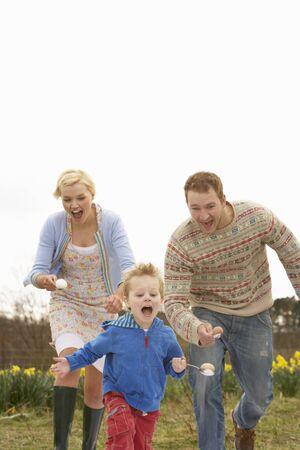 razas de personas: Tener familia de huevo y cuchara Raza Foto de archivo