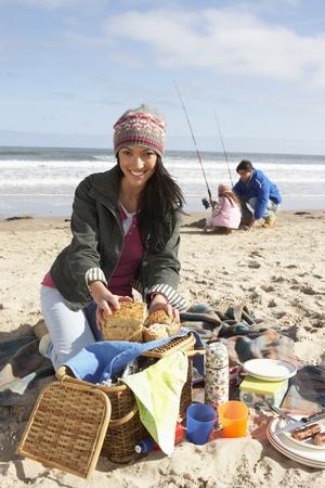 pique nique en famille: Family Picnic avoir sur la plage d'hiver