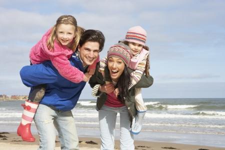 Familia caminando por la playa de invierno Foto de archivo - 10198750