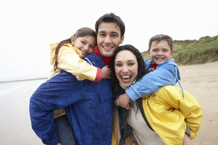 5 year old girl: Happy family on beach