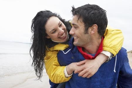 lloviendo: Pareja feliz en Playa de amor Foto de archivo