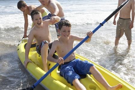 kayak: Tienerjongens kajakken Stockfoto