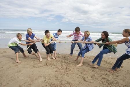 Tieners spelen touwtrekken Stockfoto