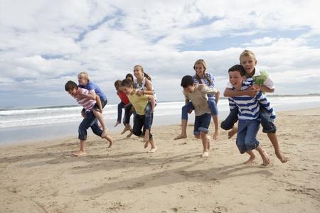 Tieners spelen piggyback Stockfoto