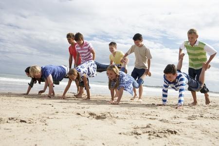 adolescentes riendo: Adolescentes que juegan en la playa