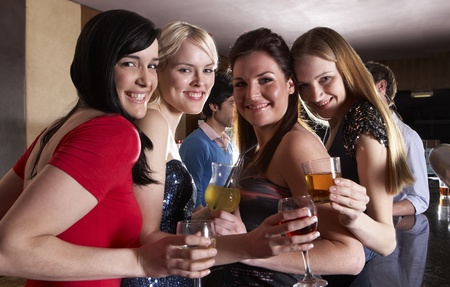 Les jeunes femmes posant � la f�te