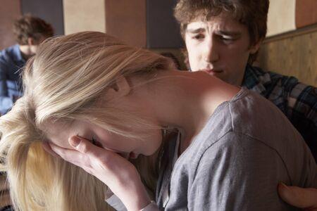 hombre preocupado: Preocupado joven pareja