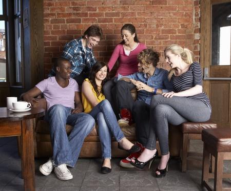 personas festejando: J�venes amigos en caf�
