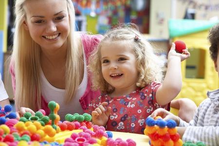 ni�as jugando: Joven jugando con chica