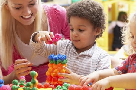 mujer hijos: Joven jugando con chico