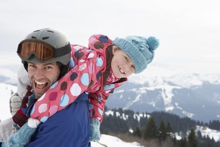 pere et fille: Jeune p�re et fille en vacances d'hiver