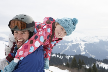 padre e hija: Joven Padre e hija en vacaciones de invierno Foto de archivo