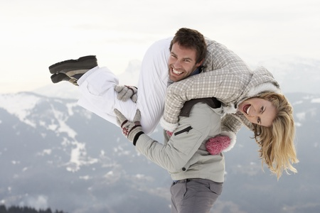 weitermachen: Junges Paar im Winterurlaub Lizenzfreie Bilder