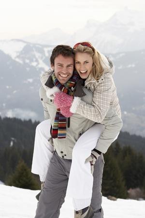 parejas enamoradas: Pareja de j�venes en vacaciones de invierno