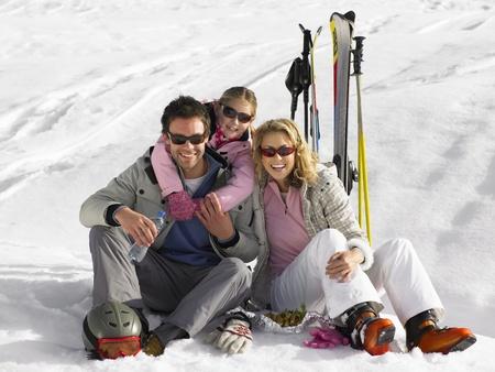 Junge Familie auf Skiurlaub Standard-Bild - 11246768