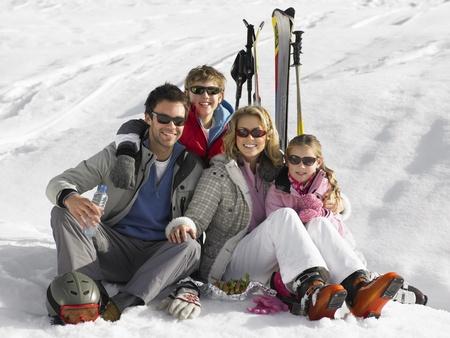 Jeune famille en vacances de ski Banque d'images