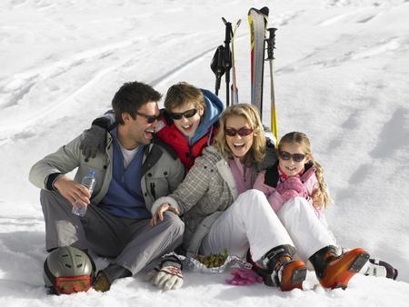Junge Familie auf Skiurlaub Standard-Bild - 11246804
