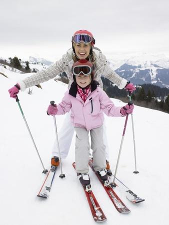 Jeune mère et fille en vacances de ski