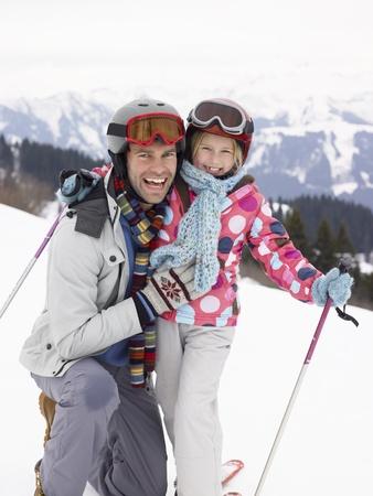 Jeune père et fille en vacances de ski