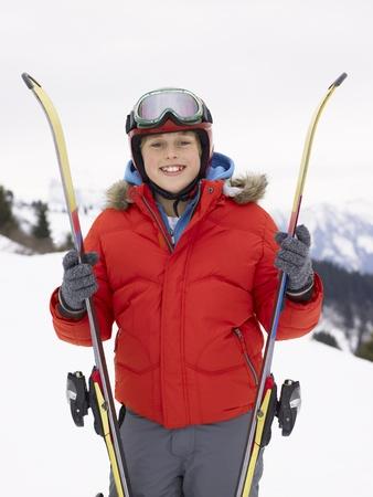 Pré-ado garçon en vacances de ski