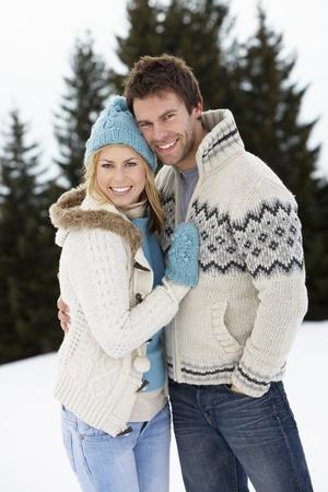 Jeune Couple En Scène de neige alpin