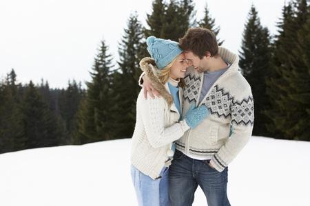 donna innamorata: Giovane coppia in Scena con la neve delle Alpi Archivio Fotografico