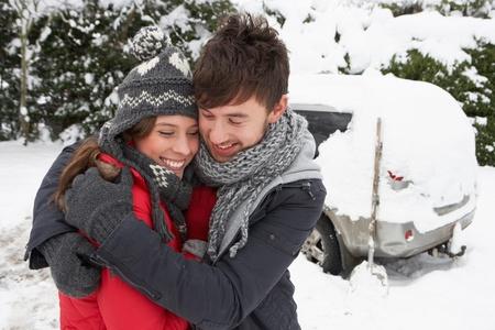 Junges Paar im Schnee mit dem Auto Standard-Bild - 11246736
