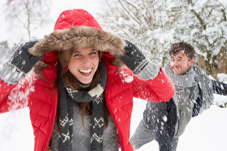palle di neve: Giovane coppia con palle di neve