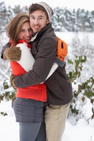 Jeune couple dans la neige