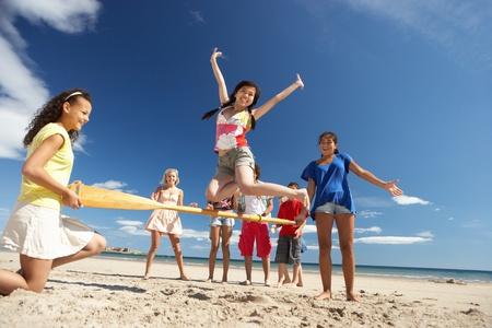 Jugendliche, die Spaß am Strand Standard-Bild - 11246753