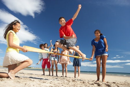 amistad: Los adolescentes se divierten en la playa Foto de archivo