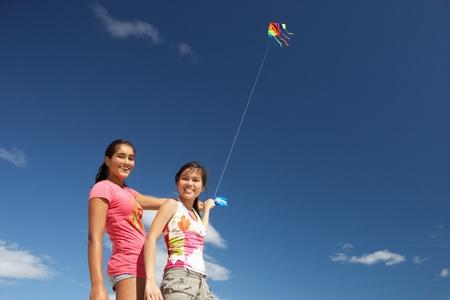 Les adolescentes un cerf-volant Banque d'images