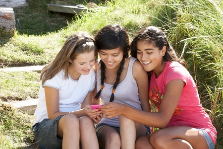 chicas adolescentes: Las chicas adolescentes con tel�fono al aire libre