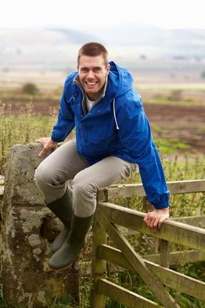 jumping fence: El hombre saltando por encima de la puerta país