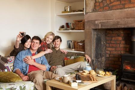 Couples de jeunes gens dans un chalet cosy