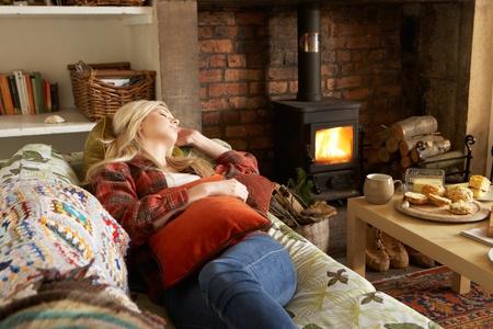 Jeune femme de détente par le feu