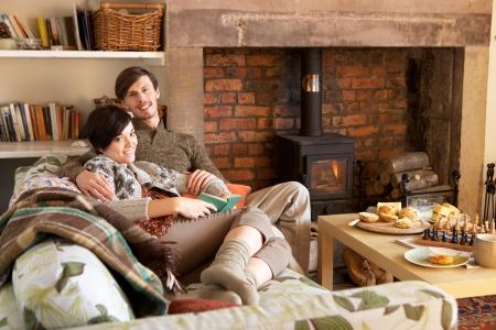 Jeune couple de détente par le feu