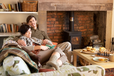 Young couple relaxing by fire Stockfoto