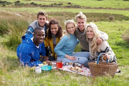 pareja de adolescentes: Los adultos j�venes en la comida campestre
