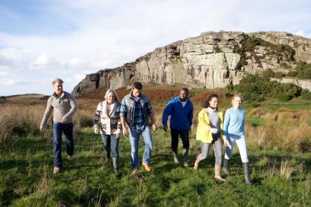 pareja de adolescentes: Los adultos jóvenes de paseo por el campo