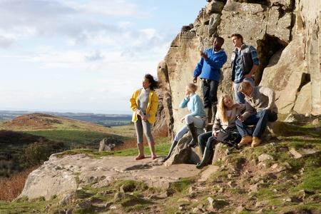 Les jeunes adultes sur promenade à la campagne
