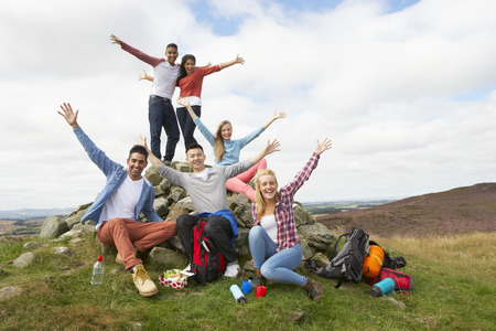 Group Of Young People Hiking In Countryside Stockfoto