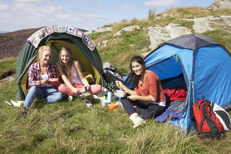 Gruppe Jugend Girls On Camping Trip in Landschaft Standard-Bild - 31019059