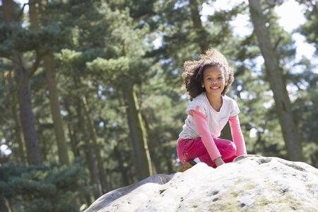 niño trepando: Chica escalada en roca en el Campo