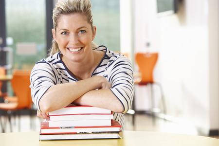 Ltere Schülerin im Klassenzimmer studiert Mit Büchern Standard-Bild - 30936064