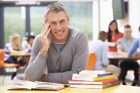 Etudiant d'âge mûr étude en classe With Books